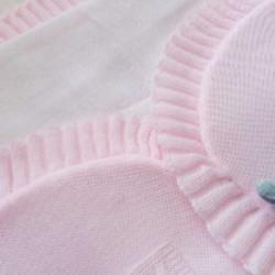 couverture naissance tricot rose bébé fille-detail
